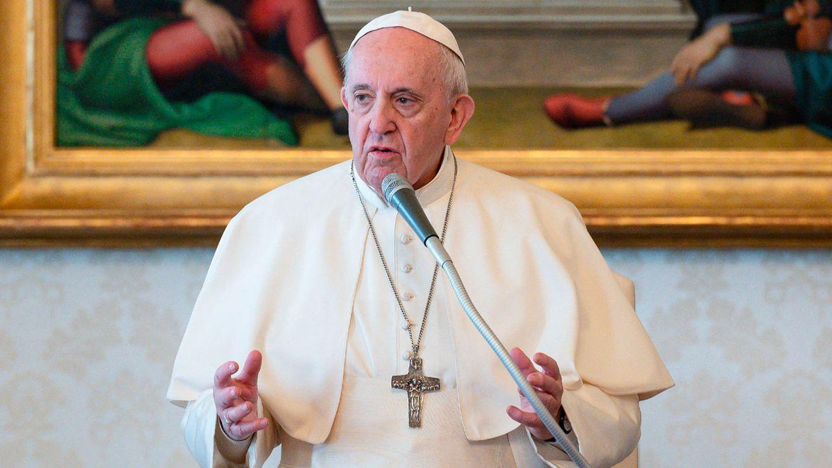 En Italia, especulan con una posible salida del Papa Francisco.